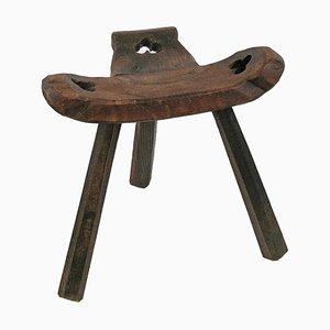 Sgabello da mungitura antico in legno intagliato