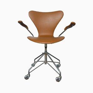 Sedia girevole 3217 in pelle di Arne Jacobsen per Fritz Hansen, anni '60