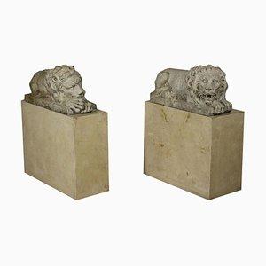 Esculturas de un par de leones en mármol