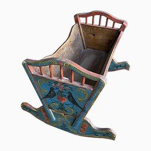 Antikes handbemaltes Kinderbett