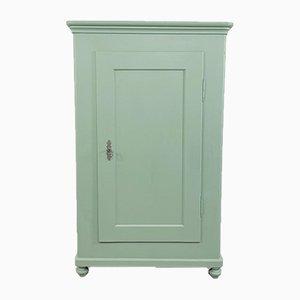 Armario antiguo de una puerta pintada en verde pastel