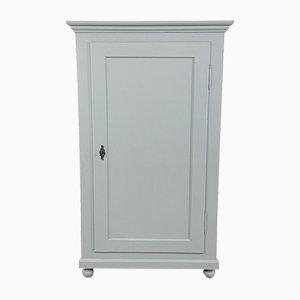 Armario antiguo con una puerta pintada en gris pastel