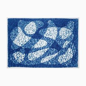 Unter Wasser schwimmender Fisch, Cyanotypie Druck in frischen blauen Tönen, Pool Art on Paper, 2021
