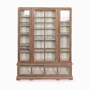 Vitrina francesa con frontal de vidrio y madera encalada, década de 1900