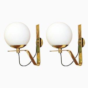 Lámparas de pared italianas de latón curvado y vidrio opalino, años 50. Juego de 2