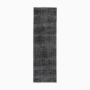 Alfombra de pasillo sobreteñida en negro