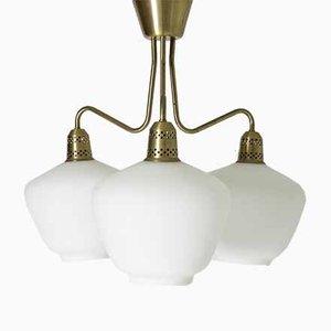 Lámpara de araña sueca Mid-Century de latón y vidrio opalino