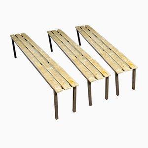Industrielle Schulbänke mit Holzsitzen und Stahlgestellen