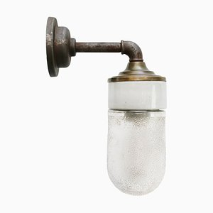 Vintage Wandlampe aus Milchglas & Messing mit gusseisernem Arm