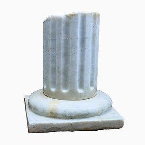 Columna vintage clásica de mármol con ruina antigua