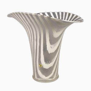 Jarrón blanco de vidrio rayado de Peill & Putzle, años 70