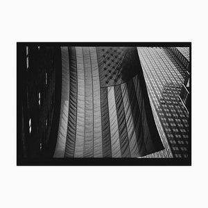 Untitled # 29, Amerikanische Flagge von New York, Schwarz und Weiß, Street Photography, 2018