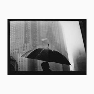 Untitled # 27 (Man Umbrella) von New York, Schwarz-Weiß-Fotografie, 2017