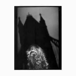 # 10, Woman Tower Bridge von Eternal London, Photo in Schwarz & Weiß, Giacomo Brunelli, 2014