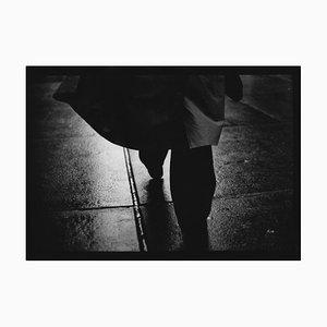 Untitled # 3, Mans Regenmantel von New York, Street Photography, Giacomo Brunelli, 2018