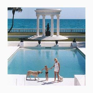 Nice Pool, Slim Aarons, 20. Jahrhundert, Architektur, Hunde