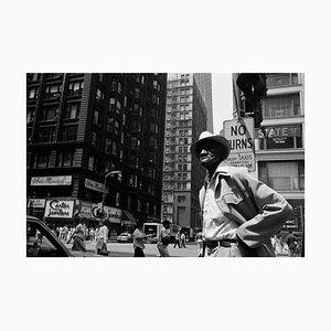 Afroamerikanischer Mann auf Straße, Straßenfotografie, 1989