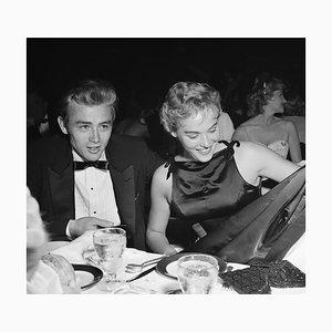 Imprimé en Gélatine Argenté James Dean & Ursula Andress Encadré en Noir par Michael Ochs Archive