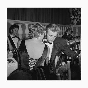 Stampa di James Dean & Ursula Andress in resina argentata con cornice nera di Michael Ochs Archive