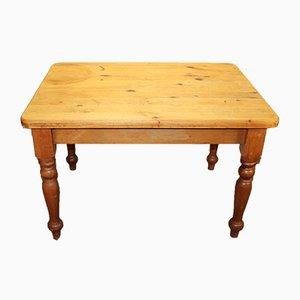 Kleiner runder Kiefernholz Tisch mit gedrechselten Beinen, 1920er