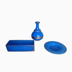 Cuenco, botella y plato de vidrio opalino azul con ornamento dorado. Juego de 3