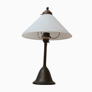 Antike Tischlampe aus Opalglas & Messing