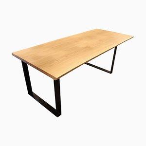 Mesa de nogal con marco de metal negro
