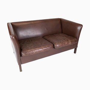 Sofá de dos plazas danés tapizado con cuero marrón oscuro, años 60