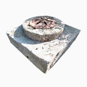 Große Grube mit Steinrolle und Eisenschachtdeckel