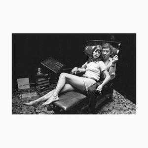 Impression Birkin & Gainsbourg en Résine de Gélatino-Encadrée en Argent Encadrée en Blanc par Reg Lancaster