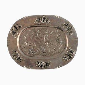 Piatto da portata grande ovale in metallo con scena di caccia classicista
