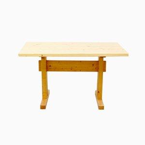 Tavolo in pino di Charlotte Perriand per Les Arcs