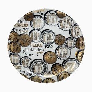 Calendario con piatto in porcellana di Piero Fornasetti, 1989