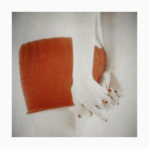 Orange Strick mit Gewundenen Händen, Figurative und Weibliche Fotografie, Mira Loew, 2016
