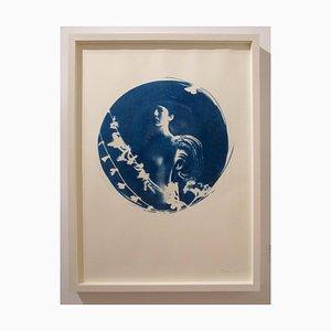 Aquila, Runde Cyanotypie auf Papier, Weißer Kistenrahmen, Romantischer Vintage Looking Nude, 2014