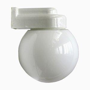 Applique Bauhaus vintage in porcellana bianca e vetro opalino