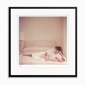 Stampa Joant Collins Relaxes Pigment Print Framed in Black di Slim Aarons