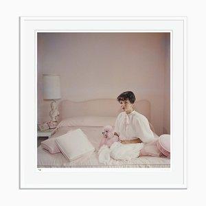 Stampa da pigmento ad accessori rosa con cornice bianca di Slim Aarons