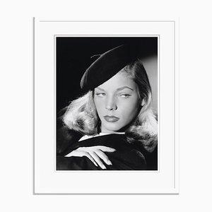 Lauren Bacall Archival Pigment Print in Weiß gerahmt