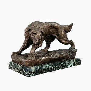 Escultura de bronce patinado representando un perro de caza