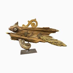 Antike Skulptur eines Holzfragments eines Fisches auf einem Sockel aus Eisen