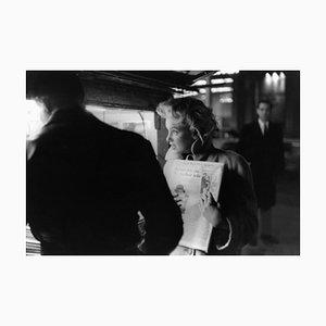 Marilyn Gets the Paper Silbergelatine Harz Druck, gerahmt in Schwarz von Ed Feingersh für Galerie Prints