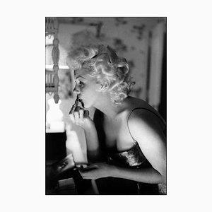 Marilyn Getting Ready Silberner Gelatine Harz Druck, gerahmt in Schwarz von Ed Feingersh für Galerie Prints