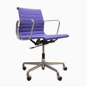 Sedia da ufficio EA117 viola di Charles & Ray Eames per Vitra, anni '90