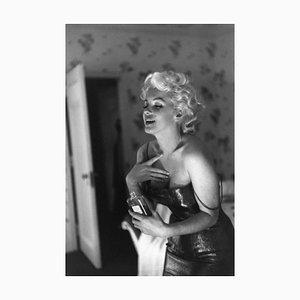 Marilyn Vorbereitungen zum Ausgehen New York Silbergelatine Harz Druck, gerahmt in Weiß von Ed Feingersh für Galerie Prints