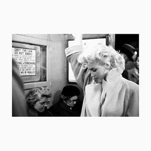 Marilyn in Grand Central Station Silbergelatine Harz Druck, Gerahmt in Schwarz von Ed Feingersh für Galerie Prints