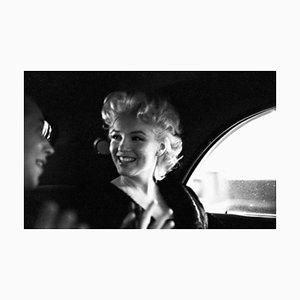 Marilyn Monroe in New York Taxi Silbergelatine Harz Druck Gerahmt in Schwarz von Ed Feingersh