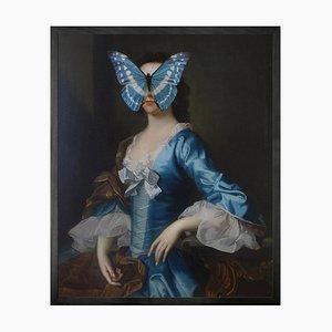 Kleiner blau-weißer Schmetterling auf Lady