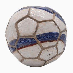 Fußball aus Keramik von Caroline Pholien, 2019