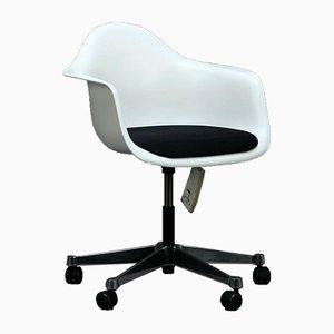 Weißer Pacc Bürostuhl mit schwarzen Polstern von Vitra